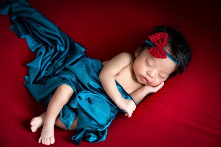 moira in rosso nel suo servizio fotografico newborn