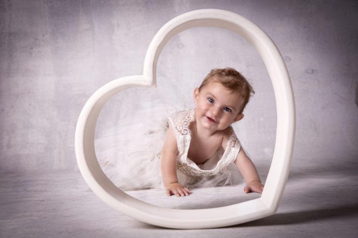 servizio fotografico kids di matilde in un cuore di legno
